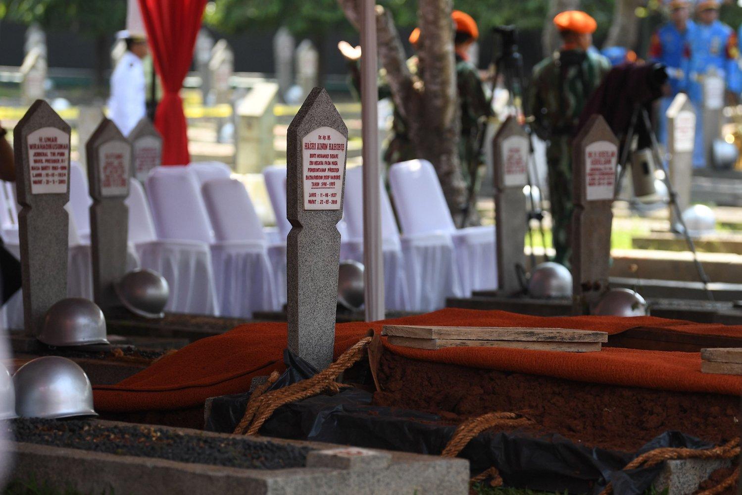 Prajurit TNI berada di dekat liang lahat yang dipersiapkan untuk pemakaman almarhum Presiden ke-3 Republik Indonesia BJ Habibie di Taman Makam Pahlawan Nasional Utama (TMPU) Kalibata, Jakarta, Kamis (12/9/2019).