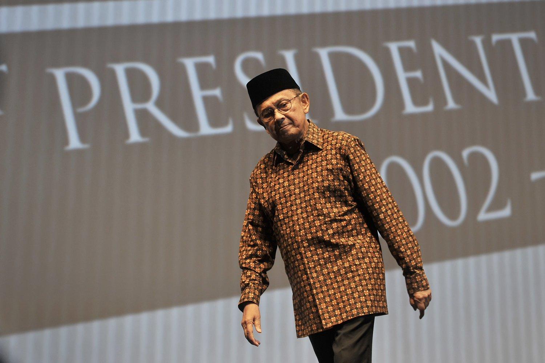 FOTO DOKUMENTASI. Presiden ke-3 RI BJ Habibie menyampaikan pidato kepemimpinan dalam acara \