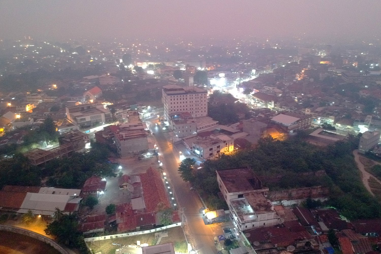Suasana Kota Jambi yang diselimuti kabut asap di Jambi, Rabu (11/9/2019). Sejumlah daerah di Provinsi Jambi masih terpapar kabut asap akibat kebakaran hutan dan lahan (karhutla) dan bertambah pekat dalam beberapa hari terakhir.