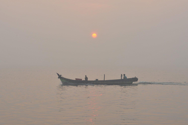 Suasana pesisir Pantai Timur Sumatera yang diselimuti kabut asap di Kampung Laut, Kuala Jambi, Tanjungjabung Timur, Jambi, Rabu (4/9/2019). Kabut asap masih menyelimuti sejumlah desa di Provinsi Jambi akibat masih adanya kebakaran hutan dan lahan (karhutla) di beberapa titik di daerah itu.