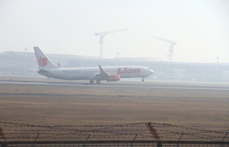 Pesawat komersial mendarat di Bandara Syamsudin Noor yamg di selimuti kabut asap di Banjarbaru, Kalimantan Selatan, Rabu (11/9/2019).Berdasarkan pernyataan otoritas Bandara Syamsudin Noor Banjarmasin pada Selasa (10/9/2019) pagi sebanyak tujuh penerbangan mengalami keterlambatan 1 jam 20 menit akibat kabut asap yang mengakibatkan jarak pandang hanya mencapai 200 meter hingga 400 meter.