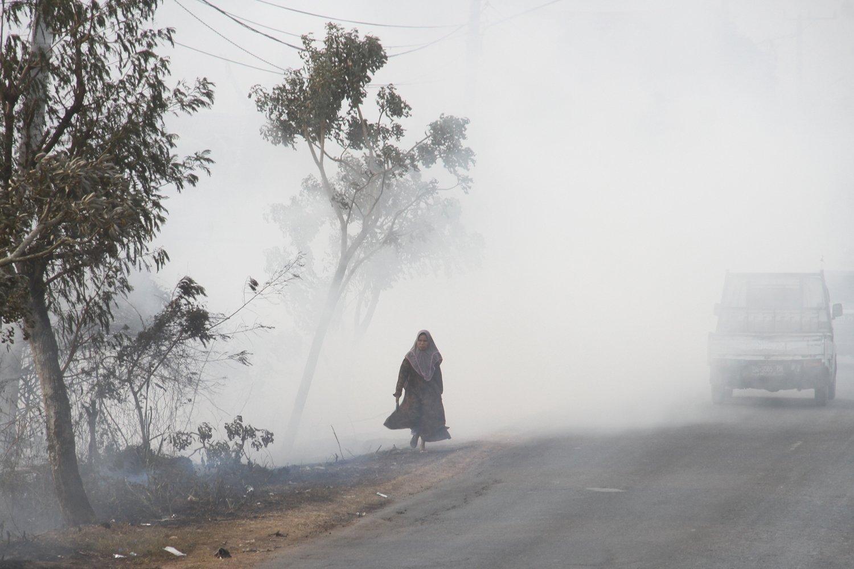 Warga menembus kabut asap akibat kebakaran lahan gambut di Desa Pengayuan, Kecamatan Liang Anggang, Banjarbaru, Kalimantan Selatan, Jumat (6/9/2019). Ratusan hektar lahan gambut di kawasan Liang Anggang terbakar hingga mendekati permukiman penduduk di wilayah setempat.