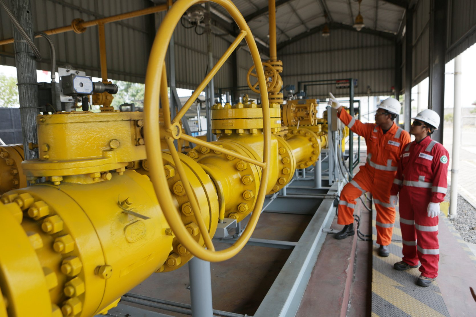 Ilustrasi pekerja memantau jaringan gas (jargas) di Offtake Kalisogo, Jawa Timur (1 7/10/2019). PGN telah mendistribusikan gas Bumi ke 352.433 pelanggan yang terdiri dari rumah tangga, pelanggan kecil, komersial, industri dan pembangkitan listrik sebesar 932 BBTUD. Rinciannya, sektor rumah tangga 348.508 pelanggan, lalu pelanggan kecil sebanyak 1.487 dan industri besar serta komersial sebanyak 2.438 pelanggan.