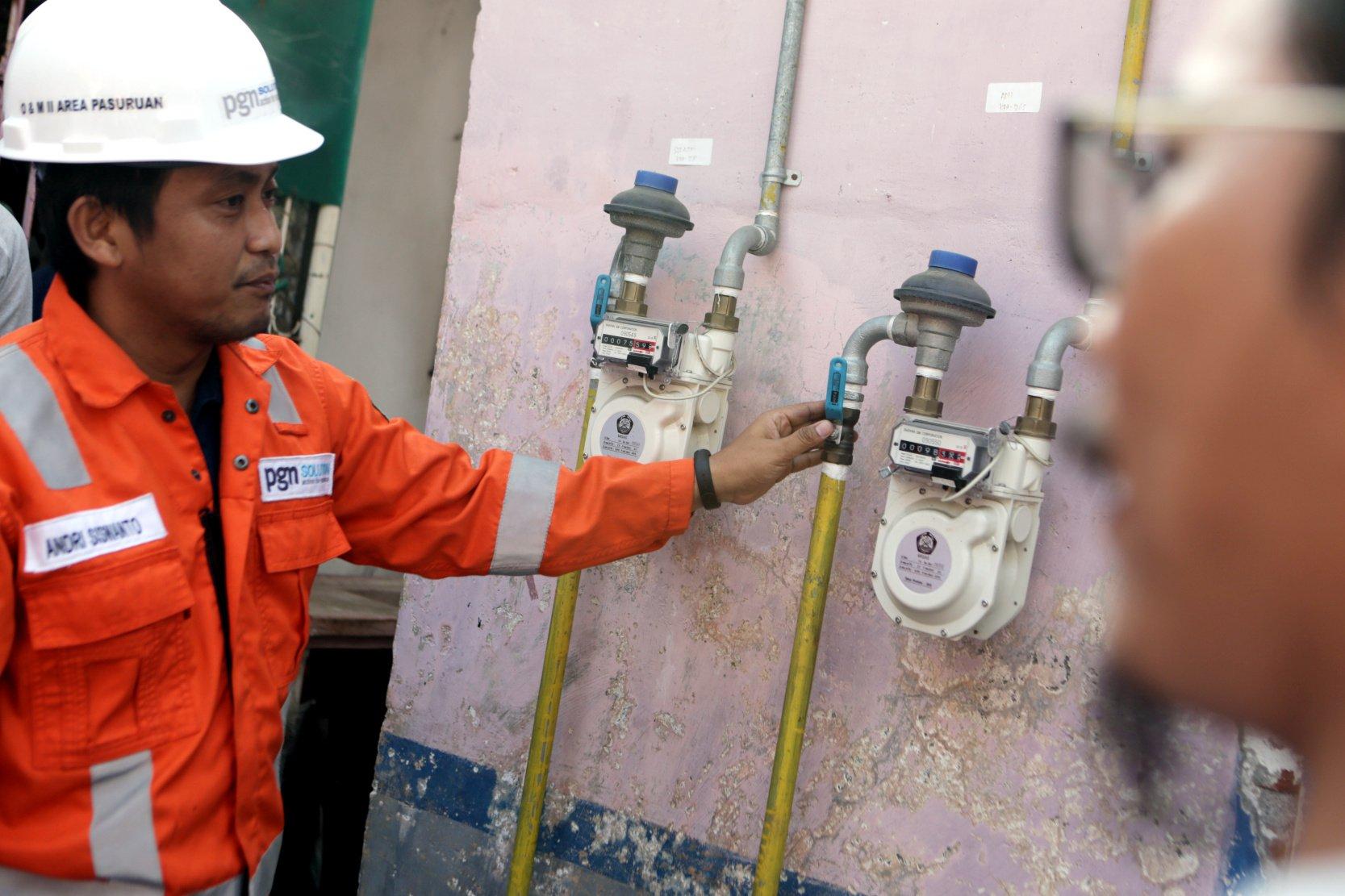 Ilustrasi pekerja memantau jaringan gas (jargas) di Jalan Hasanudin, Karanganyar, Jawa Timur (1 7/10/2019).PGN telah mendistribusikan gas Bumi ke 352.433 pelanggan yang terdiri dari rumah tangga, pelanggan kecil, komersial, industri dan pembangkitan listrik sebesar 932 BBTUD. Rinciannya, sektor rumah tangga 348.508 pelanggan, lalu pelanggan kecil sebanyak 1.487 dan industri besar serta komersial sebanyak 2.438 pelanggan.