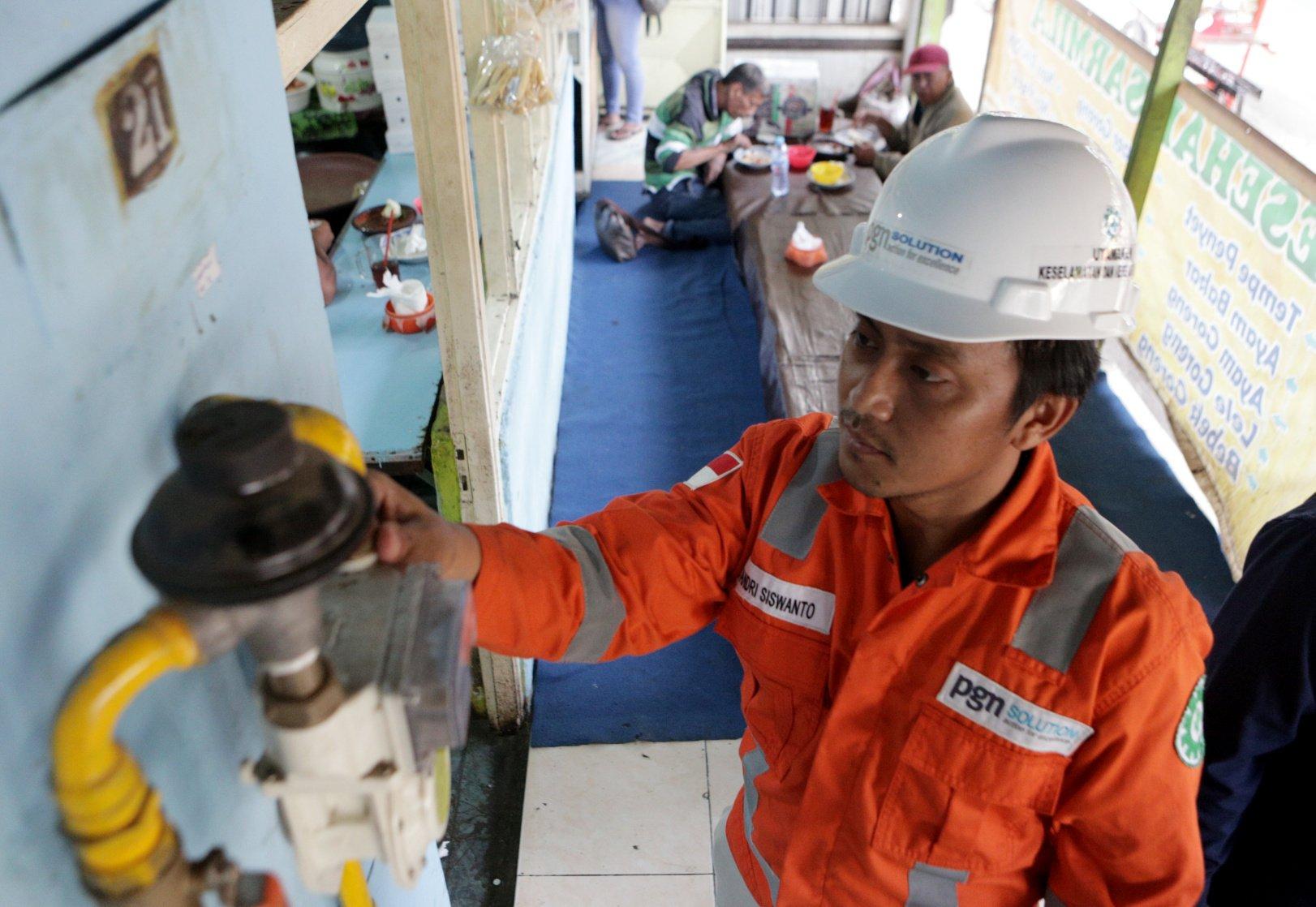 Ilustrasi pekerja memantau jaringan gas (jargas) di rumah makan, Wr. Supratman, Purworejo, Kebonsari, Panggungrejo, Kota Pasuruan, Jawa Timur (1 7/10/2019). PGN telah mendistribusikan gas Bumi ke 352.433 pelanggan yang terdiri dari rumah tangga, pelanggan kecil, komersial, industri dan pembangkitan listrik sebesar 932 BBTUD. Rinciannya, sektor rumah tangga 348.508 pelanggan, lalu pelanggan kecil sebanyak 1.487 dan industri besar serta komersial sebanyak 2.438 pelanggan.