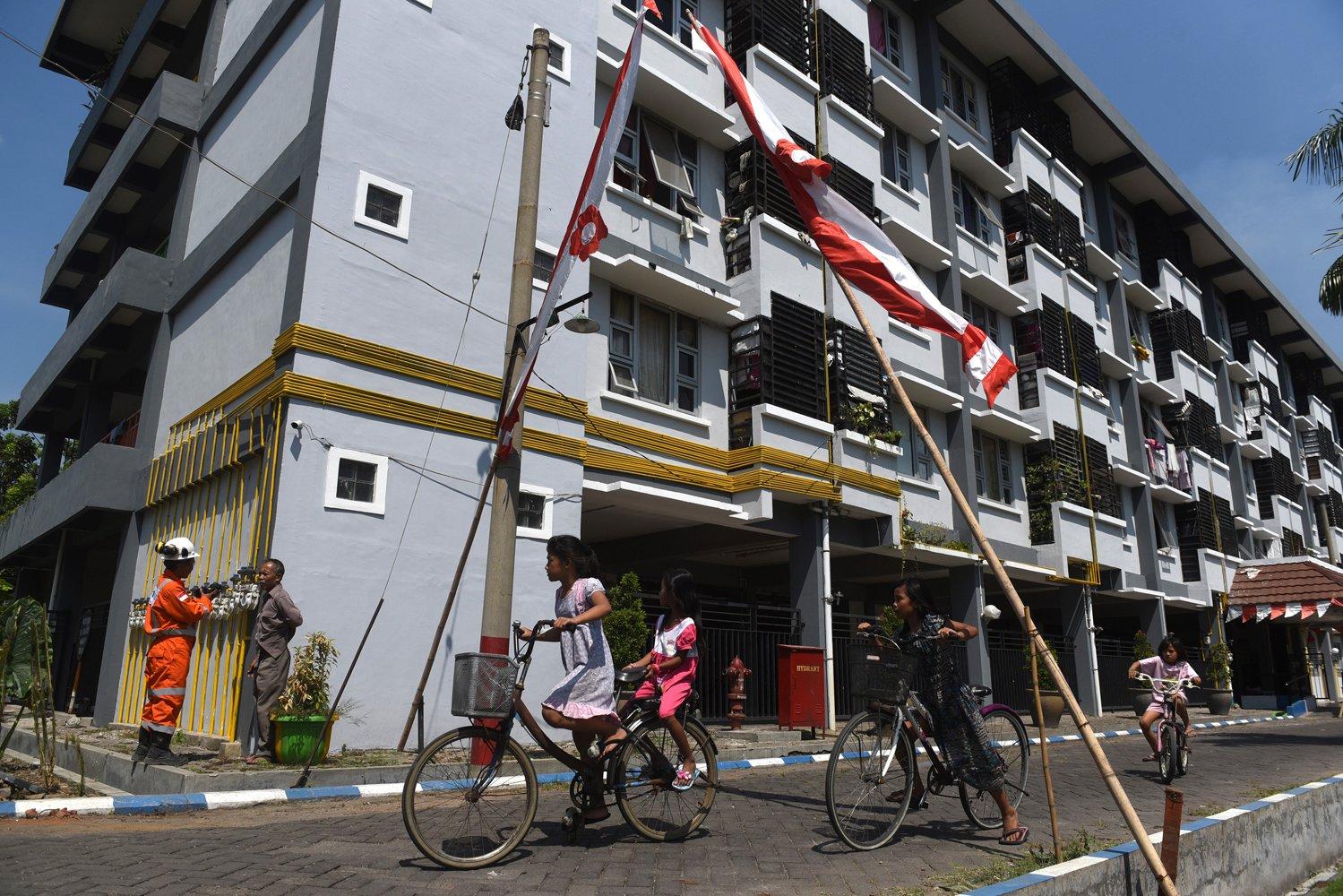 Petugas memeriksa saluran jaringan gas bumi PGN di Rumah Susun Penjaringan Sari III, Surabaya, Jawa Timur.
