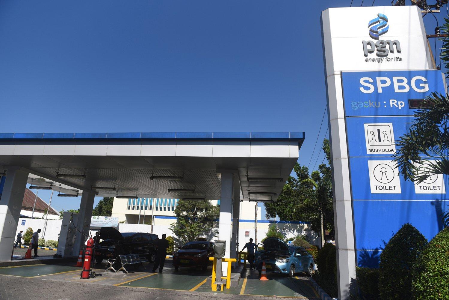 Petugas mengisi bahan bakar gas untuk kendaraan umum di stasiun pengisian bahan bakar gas (SPBG) PGN di Surabaya, Jawa Timur.