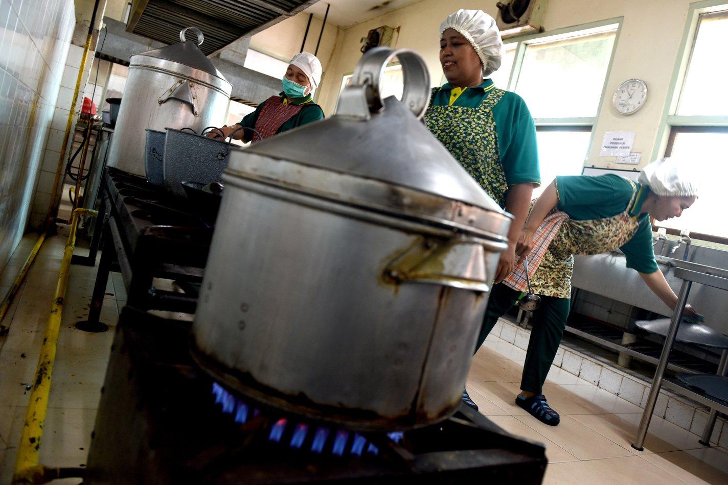 Pekerja memasak masakan pasien menggunakan gas PGN di dapur Rumah Sakit Darmo, Surabaya, Jawa Timur.