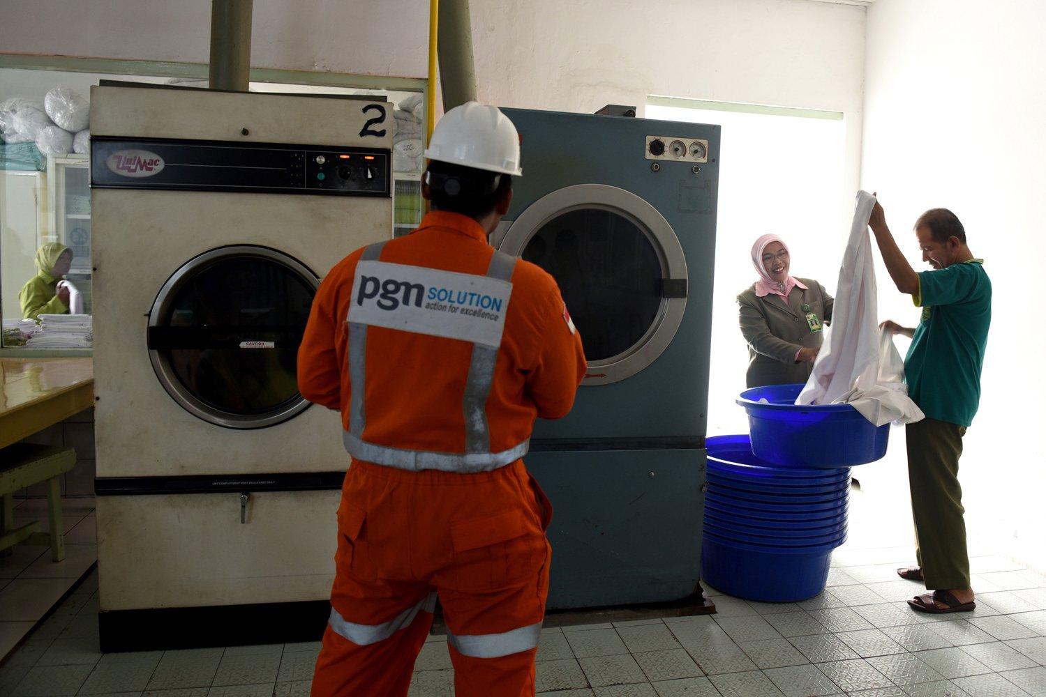 Petugas memeriksa penyaluran gas di ruang laundry Rumah Sakit Darmo, Surabaya, Jawa Timur