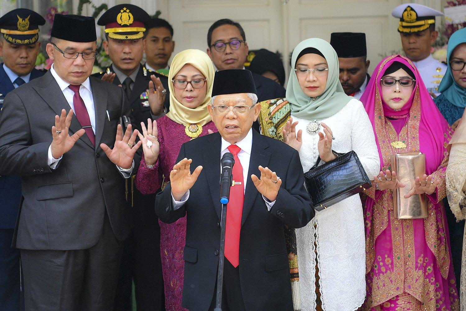 Wakil Presiden terpilih Ma\'ruf Amin (tengah) memimpin doa bersama didampingi istri Wuri Estu Handayani Ma\'ruf Amin (ketiga kanan) beserta keluarga besar sebelum mengikuti upacara pelantikan Presiden dan Wakil Presiden periode 2019-2024 di Jakarta, Minggu (20/10/2019).