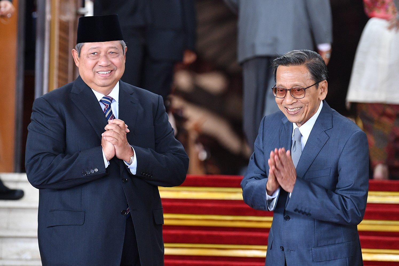 Mantan presiden Susilo Bambang Yudhoyono (kiri) dan mantan wapres Boediono (kanan) berfoto bersama sebelum mengikuti upacara pelantikan presiden dan wapres periode 2019-2024 di Gedung Nusantara, kompleks Parlemen, Senayan, Jakarta, Minggu (20/10/2019).