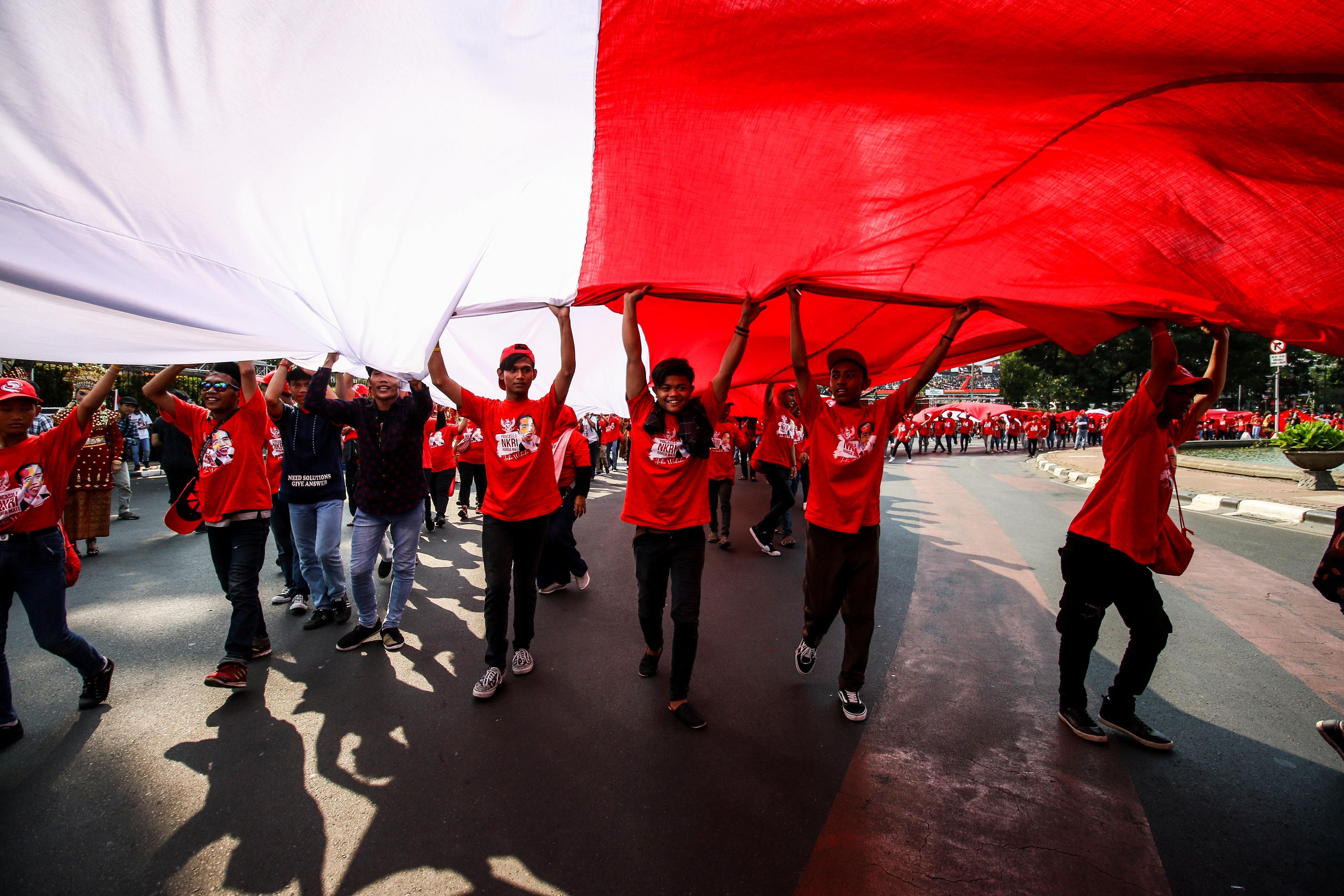Relawan mengikuti pesta rakyat di kawasan Patung Kuda, Jakarta, Minggu (20/10/2019). Pesta rakyat tersebut untuk menyambut Presiden dan Wakil Presiden periode 2019-2024 Joko Widodo-Ma\'ruf Amin.