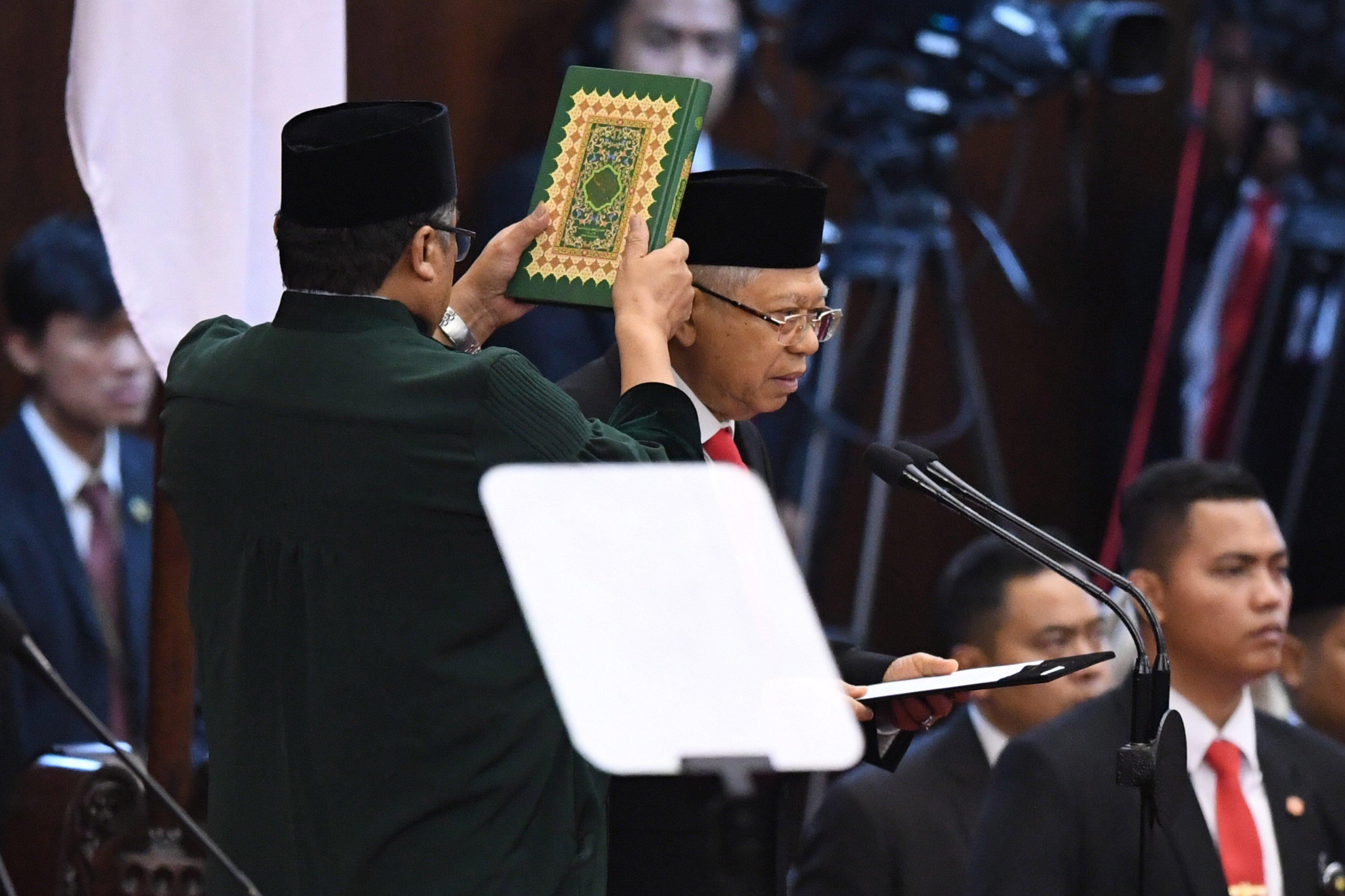 Wakil Presiden terpilih Ma\'ruf Amin mengucapkan sumpah saat dilantik menjadi wakil presiden periode 2019-2024 di Gedung Nusantara, kompleks Parlemen, Senayan, Jakarta, Minggu (20/10/2019).