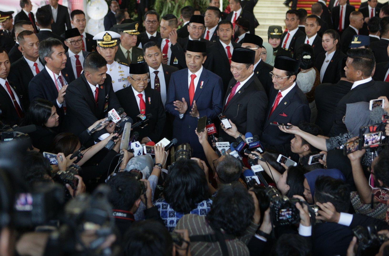 Wakil Presiden Ma'ruf Amin (kiri), Presiden Joko Widodo (dua kiri), Ketua MPR Bambang Soesatyo (dua kanan), dan Wakil MPR Fadel Muhammad (kanan) saat doorstop di lokasi upacara pelantikan presiden dan wapres di Gedung Nusantara, kompleks Parlemen, Senayan, Jakarta, Minggu (20/10/2019).