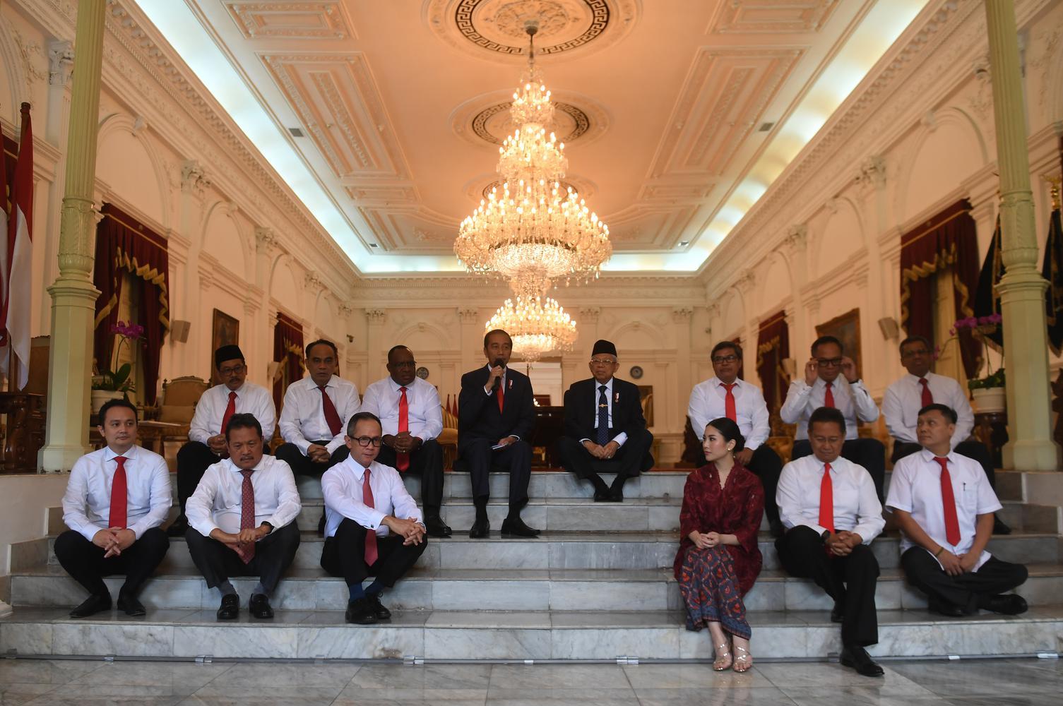 Presiden Joko Widodo (kiri) didampingi Wakil Presiden Ma'ruf Amin (kanan) memperkenalkan calon-calon wakil menteri Kabinet Indonesia Maju sebelum acara pelantikan di Istana Merdeka, Jakarta, Jumat (25/10/2019).