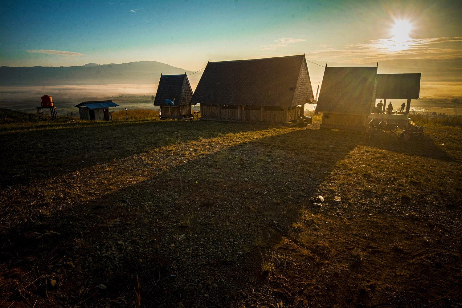 Suasana peternakan leluhur dengan Rumah Tambingnya di puncak Desa Winowanga, Lore Timur, Poso, Sulawesi Tengah.