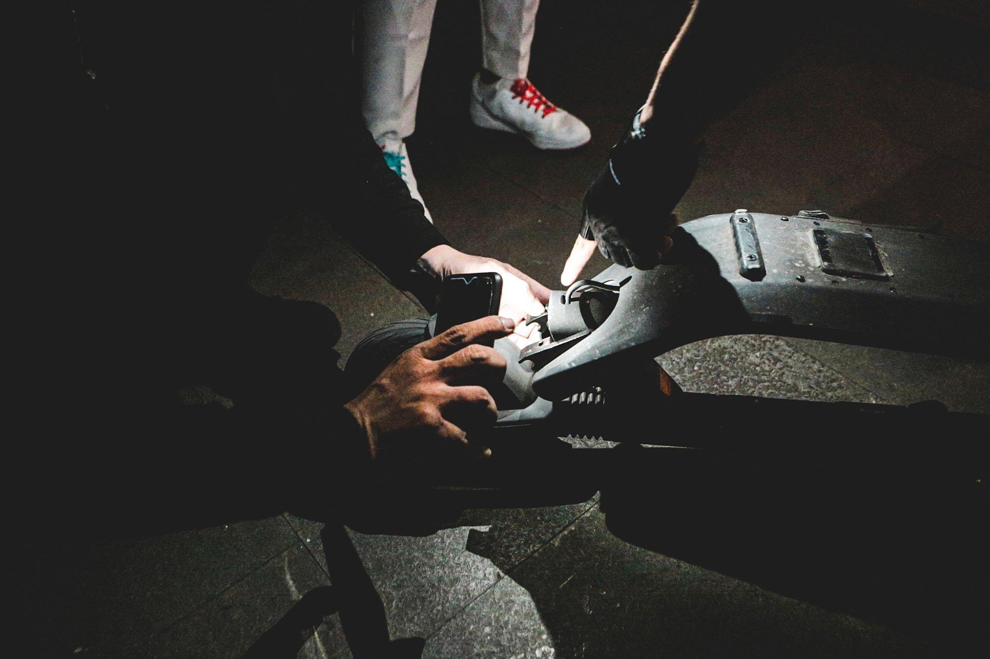 Pengguna skuter listrik memeriksa tunggangannya sebelum berkendara di Kemang, Jakarta (9/11/2019). Skuter listrik menjadi bagian peralihan kendaraan berbahan bakar minyak menjadi bertenaga listrik dengan emisi nol.