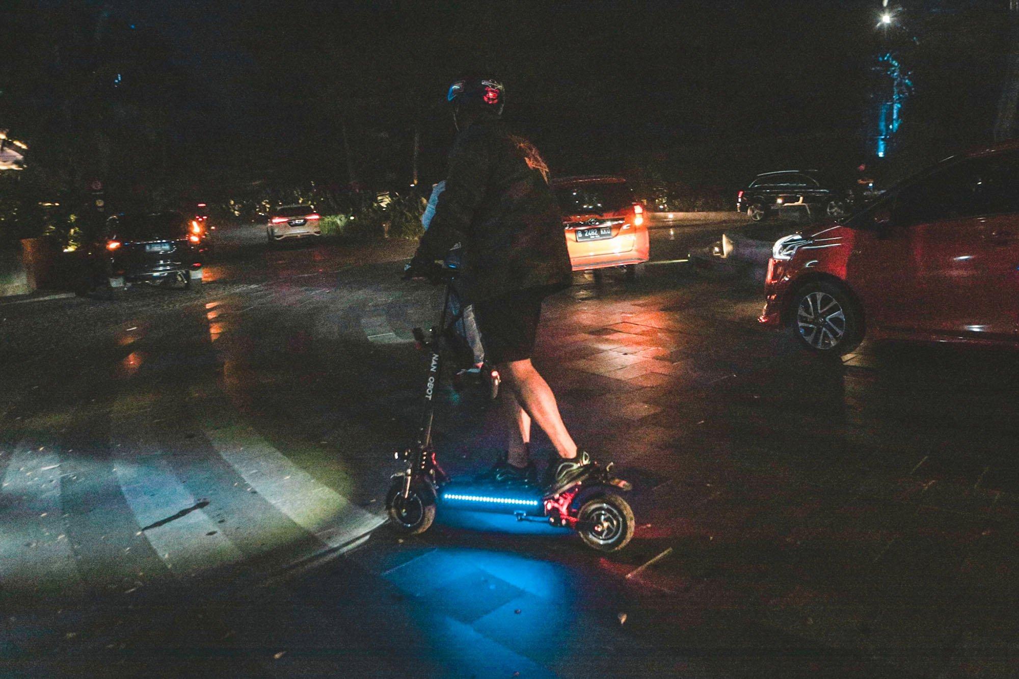 Pengguna skuter elektrik di Kemang, Jakarta (9/11/2019). Skuter eletrik ini tahap pergantian era kendaraan bahan bakar minyak menuju kendaraan bertenaga listrik yang memiliki zero emission.