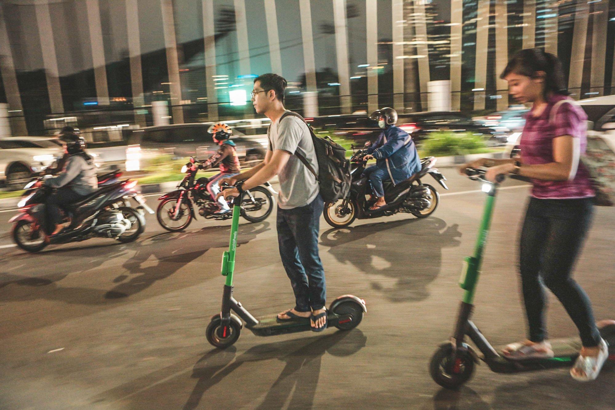 Sejumlah pengguna Grab Wheels di daerah Sudirman, Jakarta (09/11/2019). Perusahaan Grab Indonesia meluncurkan GrabWheels, layanan skuter listrik untuk mobilitas jarak dekat sejak Mei 2019. Kehadiran GrabWheels semakin dikenal. Penggunanya bertambah banyak.