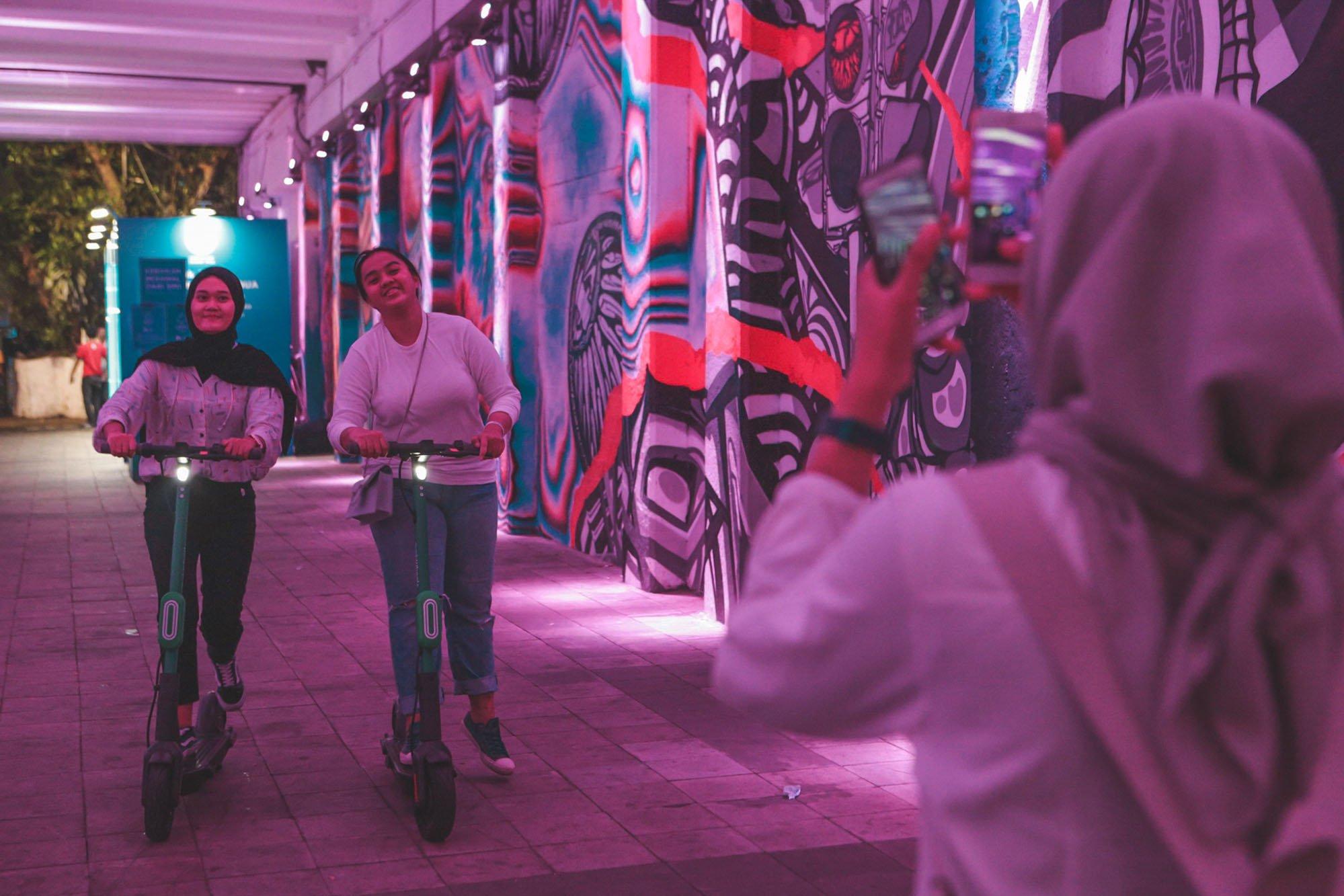 Sejumlah pengguna Grab Wheels di daerah Sudirman, Jakarta (09/11/2019). Perusahaan Grab Indonesia meluncurkan GrabWheels, sebuah layanan skuter listrik untuk mobilitas jarak dekat sejak Mei 2019 lalu. Kini, kehadiran GrabWheels semakin dikenal dan penggunaannya pun semakin banyak terlihat di jalanan.\r\n