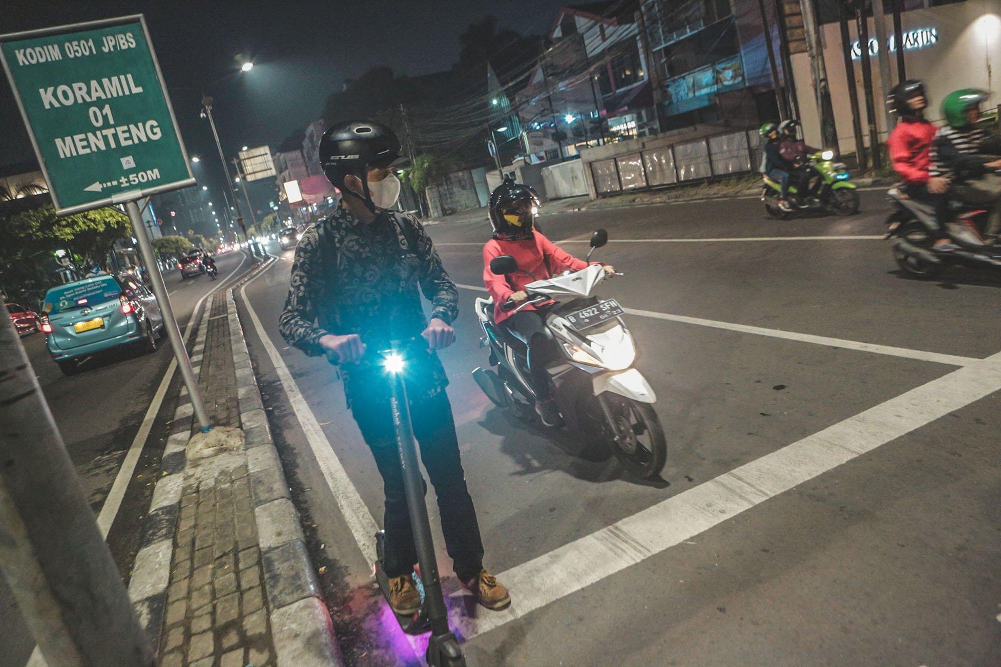 Anno, 38, seorang pekerja di salah satu perusahaan di Jakarta menggunakan skuter listrik sebagai alternatif kendaraan saat bekerja di kawasan Salemba, Jakarta (9/11/2019). Setiap hari Anno menggunakan skuter listrik dari Parung Panjang, Tanggerang ke Jakarta.