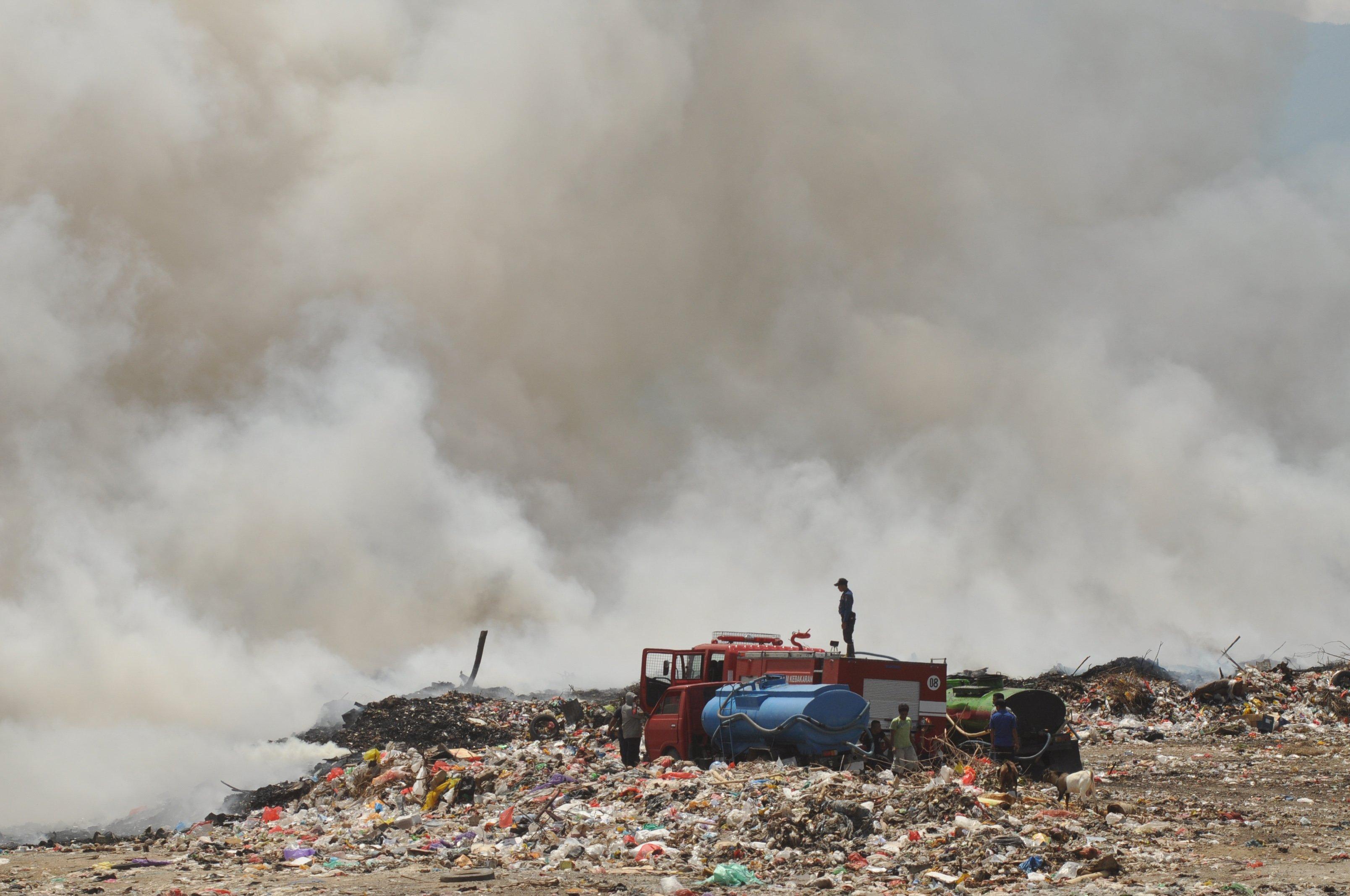 Petugas berusaha memadamkan api pada peristiwa kebakaran di TPA Kawatuna, Palu, Sulawesi Tengah, Minggu (17/11/2019). Belum diketahui secara pasti penyebab kebakaran yang terjadi sejak pukul 10.00 WITA tersebut. Banyaknya bahan yang mudah terbakar disertai angin kencang membuat api masih sulit dipadamkan dan terus berkobar hingga menjelang sore.
