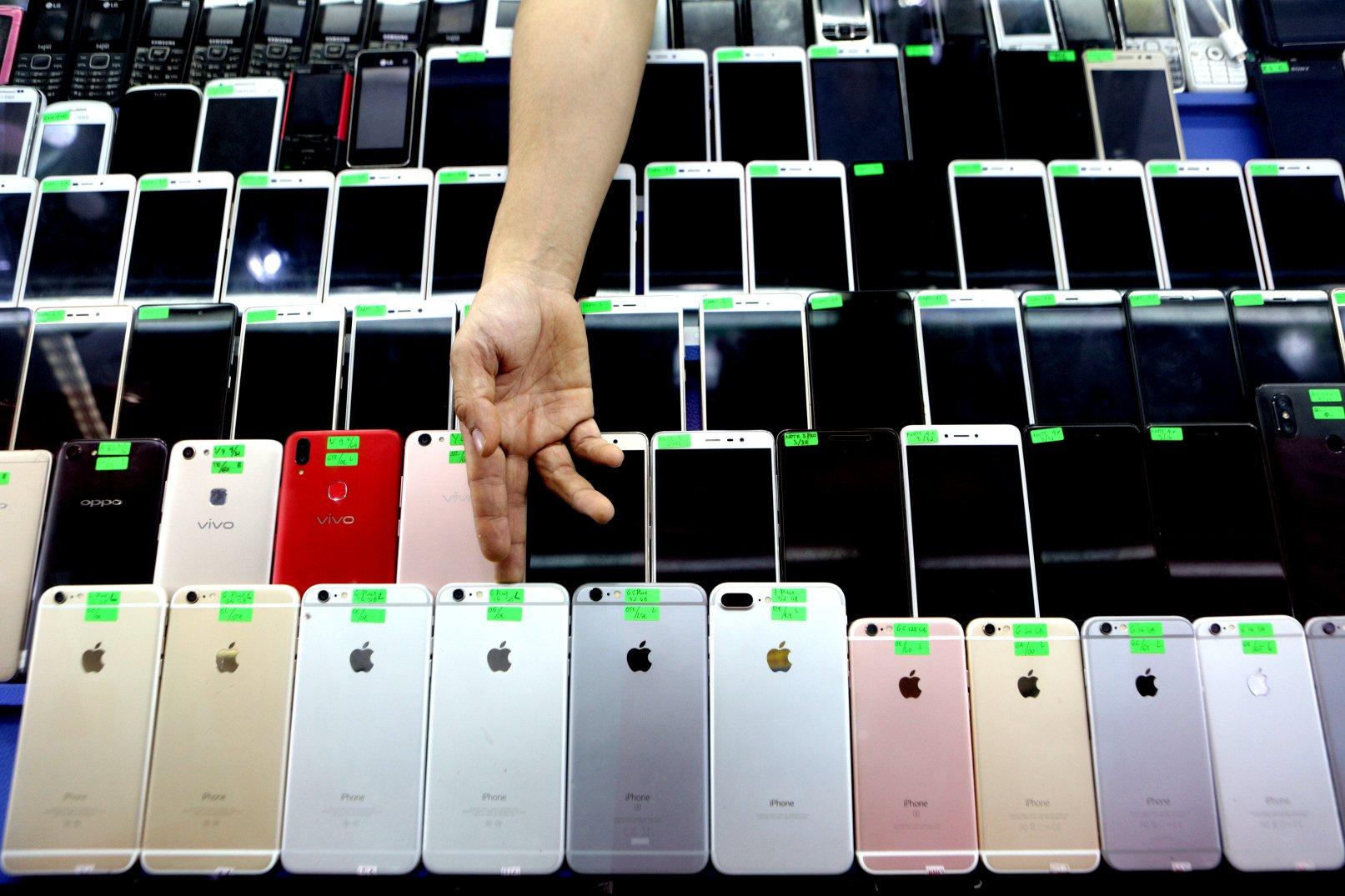 Penjualan handphone bekas di ITC Roxy Mas, Jakarta (11/11/2019). Sebagian masyarakat yang biasanya berburu telepon seluler di toko-toko offline bergeser ke transaksi penjualan elektronik di e-commerce.