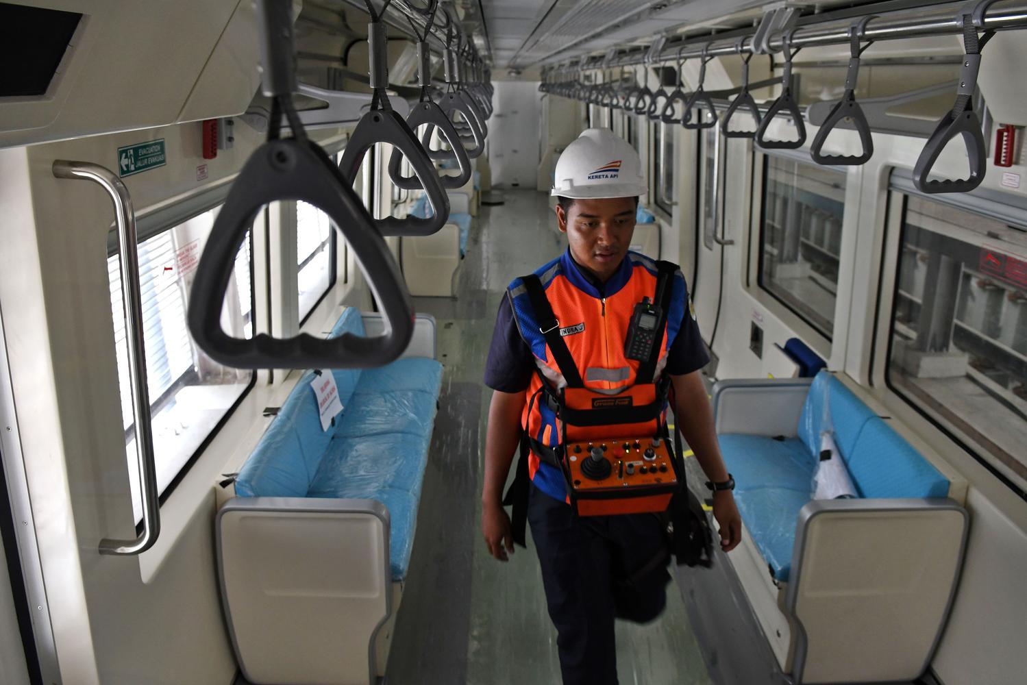 Petugas melintasi ruangan dalam gerbong kereta 'light rail train' atau lintas rel terpadu (LRT) di Stasiun Harjamukti, Cimanggis, Kota Depok, Jawa Barat, Rabu (4/12/2019). LRT Jabodebek koridor Cibubur-Dukuh Atas akan dikenakan harga tiket Rp12 ribu per penumpang.