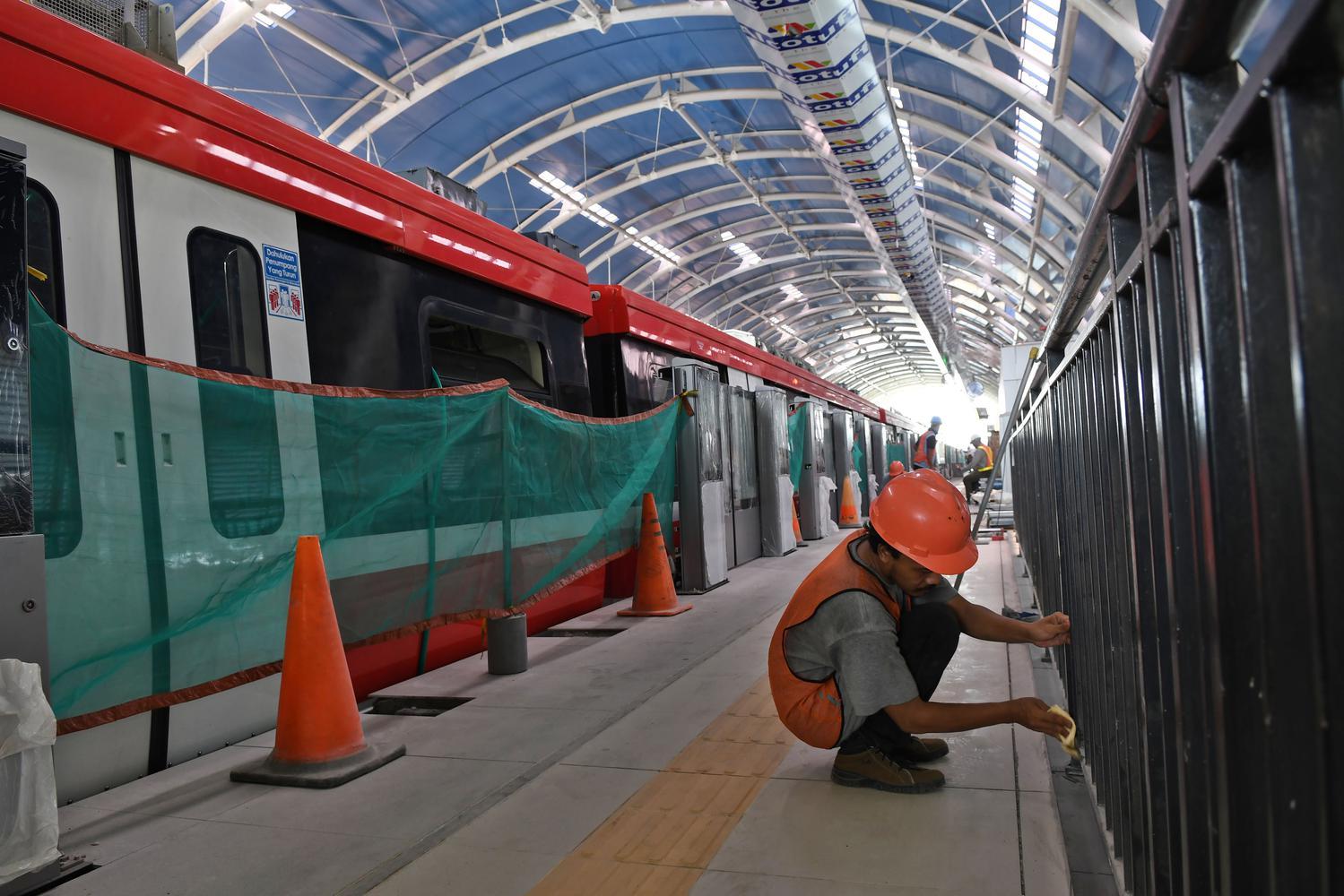 Pekerja mengerjakan pembangunan pagar pembatas di Stasiun kereta 'light rail train' atau lintas rel terpadu (LRT) Harjamukti, Cimanggis, Kota Depok, Jawa Barat, Rabu (4/12/2019).