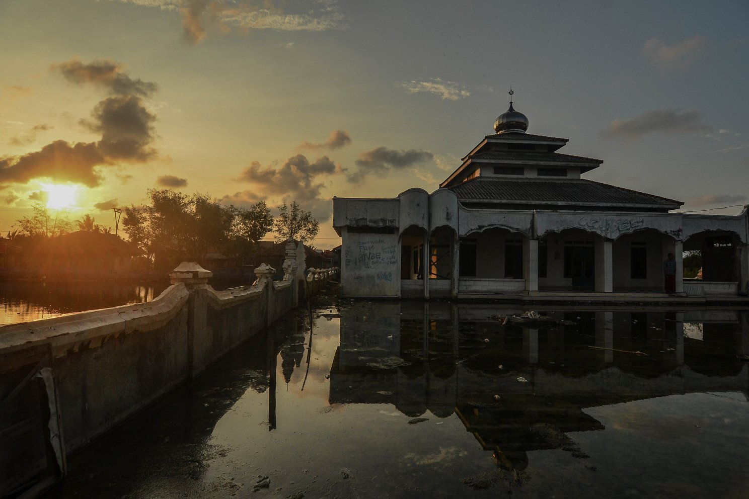 Halaman masjid tergenang luapan air laut di Kampung Beting, Desa Pantai Bahagia, Kecamatan Muara Gembong, Kabupaten Bekasi, Jawa Barat, Selasa (26/11/2019).