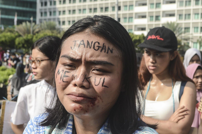 Sejumlah aktivis perempuan melakukan aksi tolak kekerasan terhadap perempuan pada Hari Bebas Kendaraan Bermotor (HBKB) di Kawasan Bundaran HI, Jakarta Pusat, Minggu (1/12/2019). Mereka menyerukan penghentian kekerasan kepada wanita di Indonesia.
