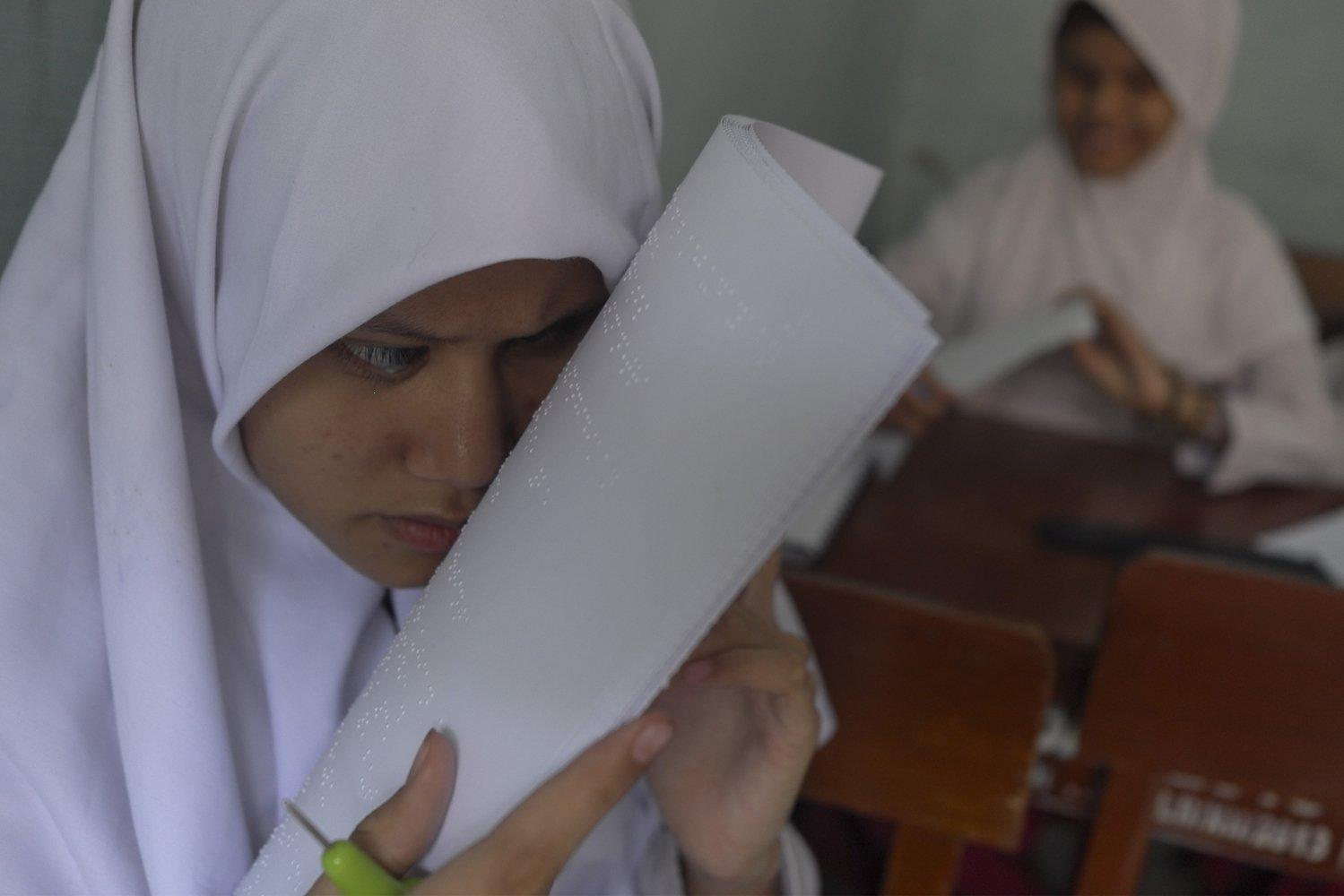 Siswa kelas 6 SLB A/YKAB Surakarta membaca soal dengan naskah braile saat mengikuti ujian sekolah di Solo, Jawa Tengah, Senin (2/12/2019). Kegiatan tersebut untuk membiasakan siswa mengerjakan soal guna persiapan ujian sekolah nasional pada 2020.