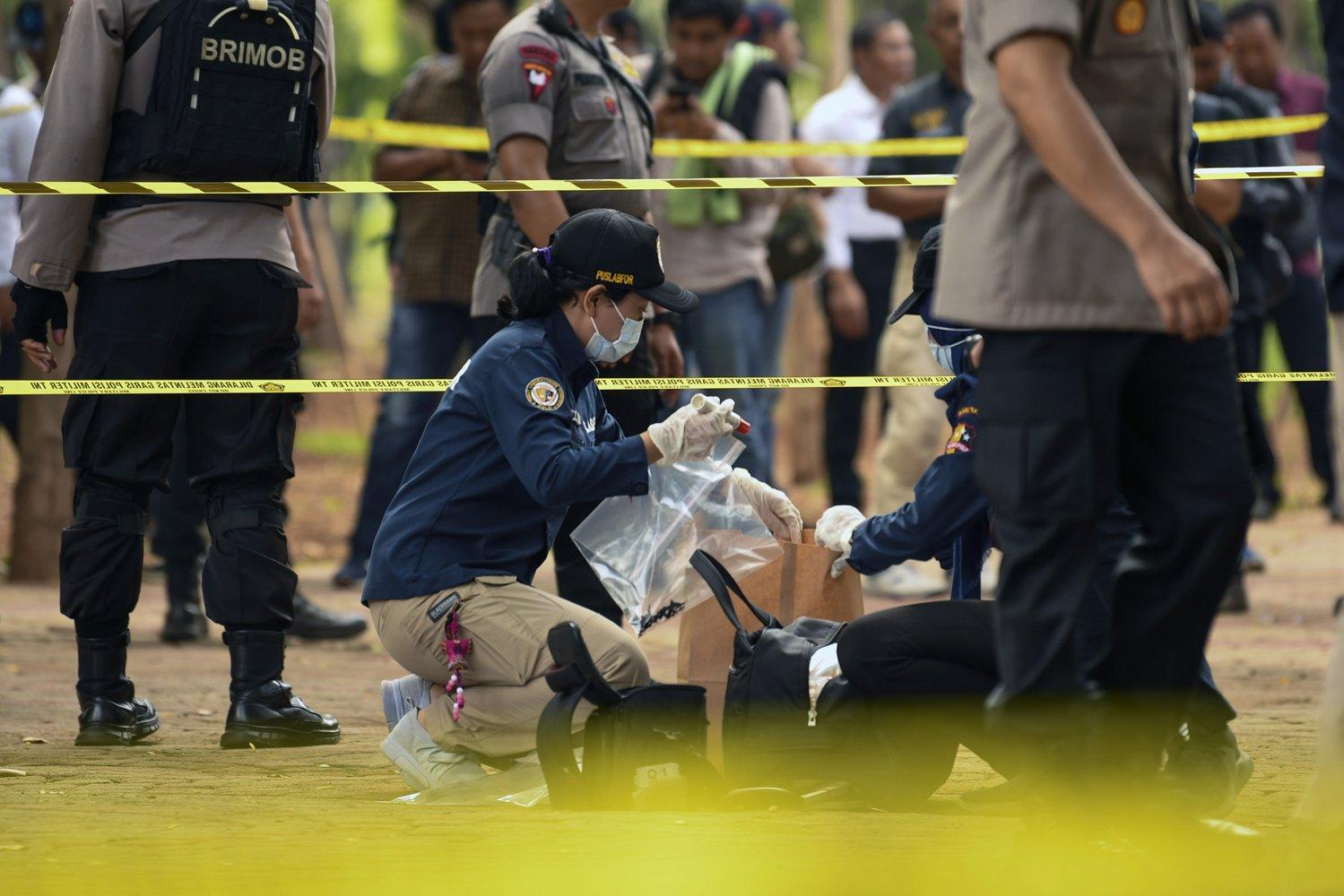 Anggota Labfor Mabes Polri mengumpulkan barang bukti di TKP ledakan di kawasan Monas, Jakarta, Selasa (3/12/2019).
