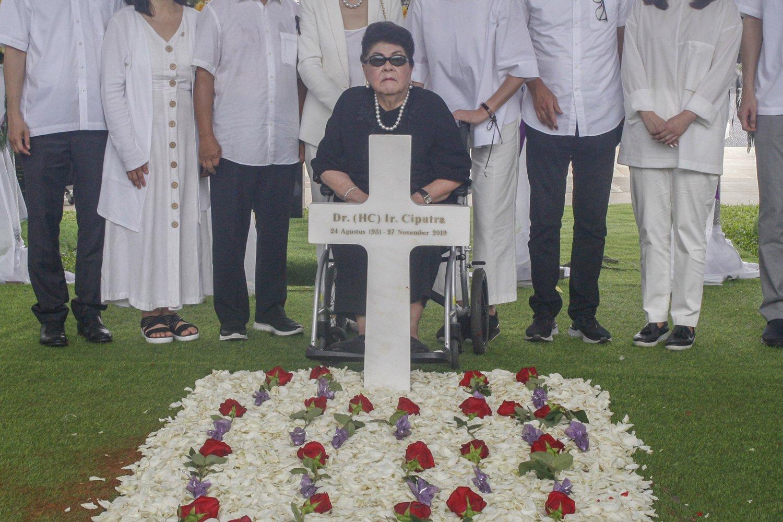Istri Pengusaha Ciputra, Dian Sumeler (tengah bawah) didampingi keluarga besar menghadiri prosesi pemakaman pengusaha Ciputra di pemakaman keluarga Memorial Park, Citra Indah, Jonggol, Bogor, Jawa Barat, Kamis (5/12/2019). Ciputra meninggal dunia di Singapura, pada Rabu (27/11/2019), pukul 01.05 waktu Singapura.
