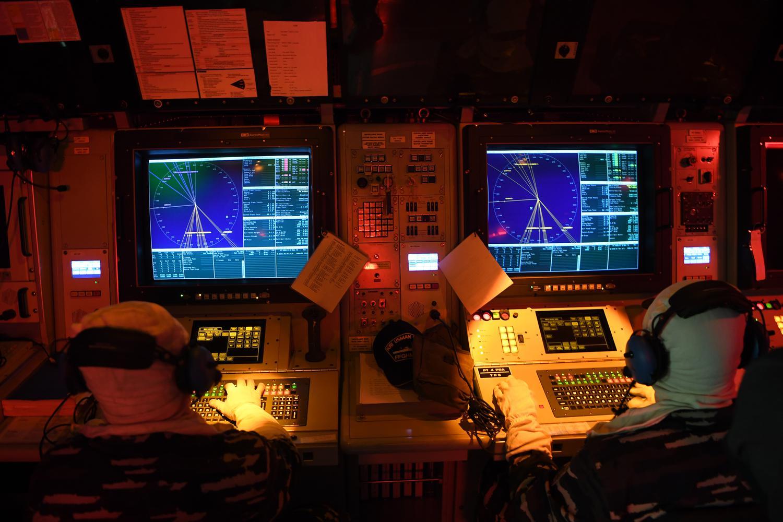 Prajurit KRI Usman Harun-359 mengamati monitor di Pusat Informasi Tempur Kri Usman Harun-359 saat simulasi peperangan atas air di Dermaga Lantamal VII Kupang, NTT, Sabtu (7/12/2019). Latihan tersebut untuk meningkatkan kesiapsiagaan prajurit ketika menghadapi bahaya udara dan permukaan.