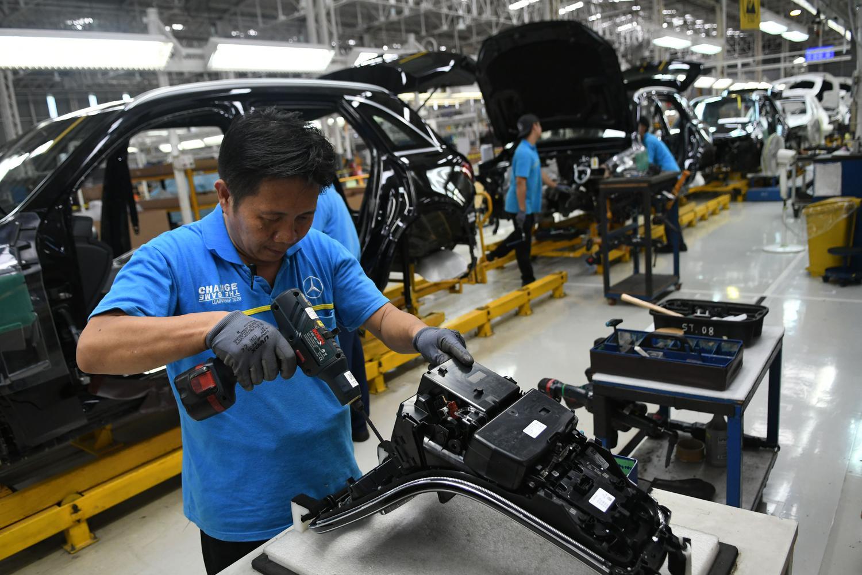 Pekerja merakit mobil New GLC Mercedes-Benz di pabrik Mercedes-Benz Indonesia di Wanaherang, Gunung Putri, Bogor, Jawa Barat, Selasa (10/12/2019). SUV New GLC dan New GLE ini terbukti menjadi salah satu produk paling laris Mercedes-Benz di Indonesia