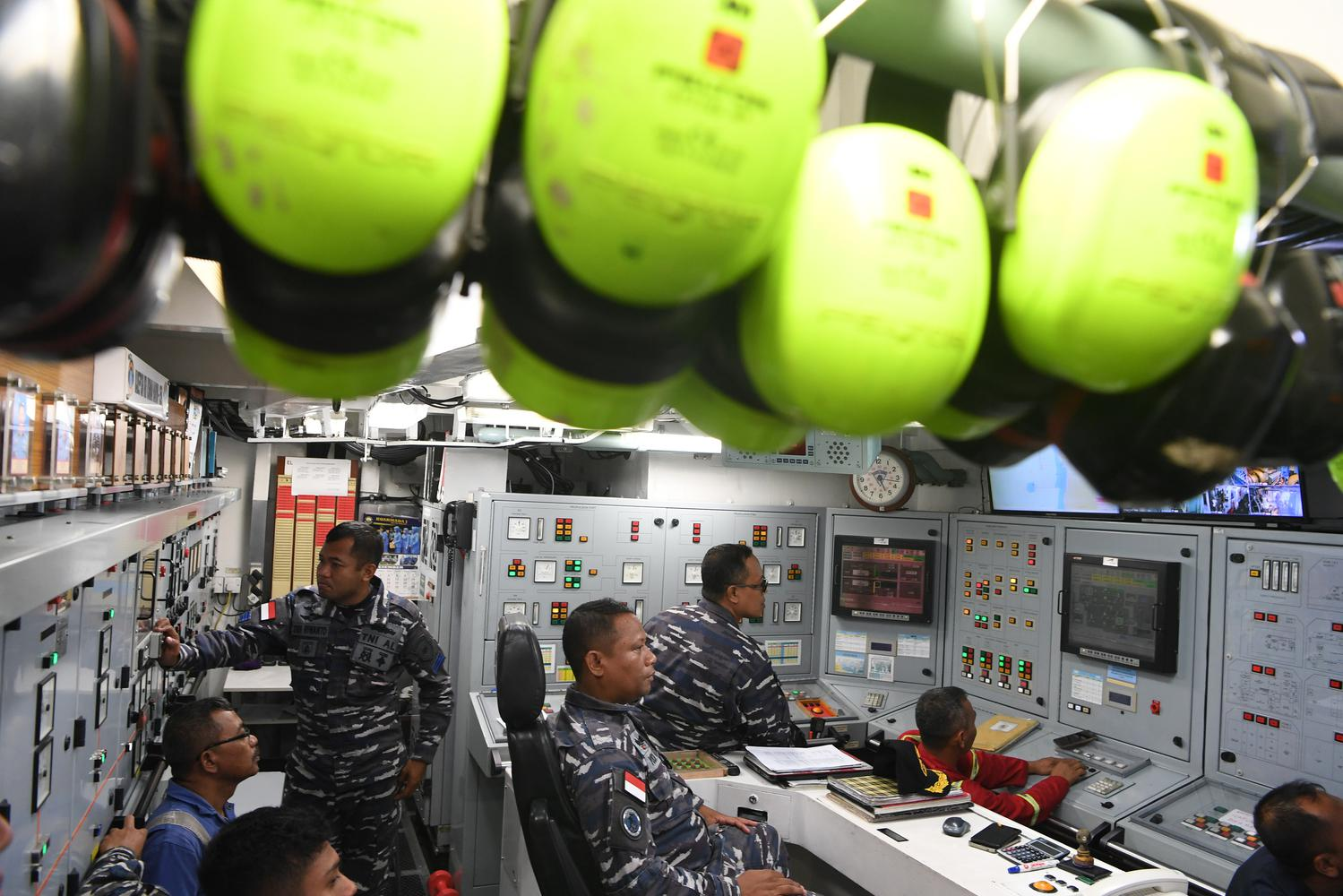 Kadepsin KRI Usman Harun-359 Mayor Laut (T) Yodi Wahyudi (tengah) mengamati monitor di ruang mesin KRI KRI Usman Harun-359 ketika bertolak dari perairan Kupang menuju Dili, Timor Leste di perairan Kupang, NTT, Selasa (10/12/2019). KRI Usman Harun bertolak dari dermaga Mako Lantamal VII Kupang pada Selasa (10/12) kemarin dan menempuh pelayaran selama 13 jam lebih agar bisa tiba di Timor Leste.