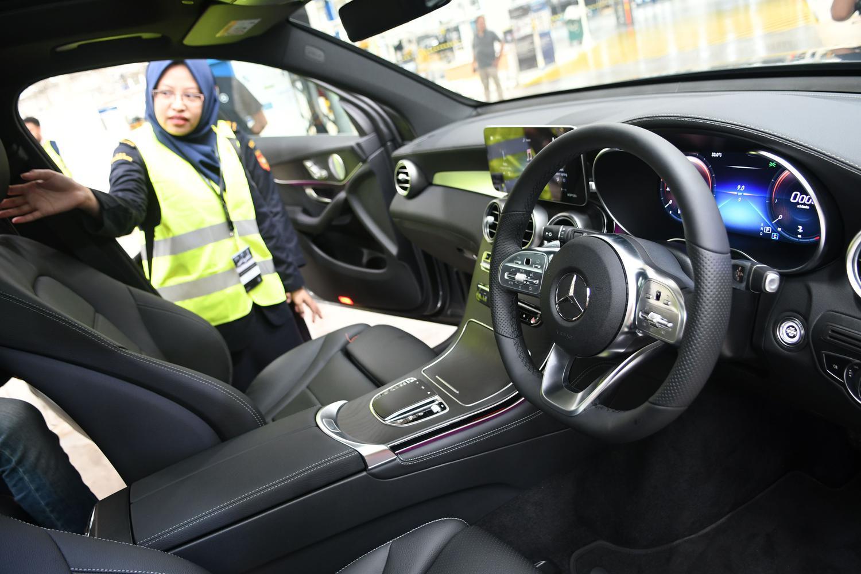 Pengunjung mengamati interior mobil New GLE Mercedes-Benz di pabrik Mercedes-Benz Indonesia di Wanaherang, Gunung Putri, Bogor, Jawa Barat, Selasa (10/12/2019).
