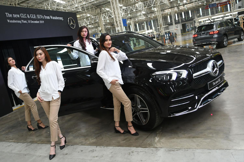 Sejumlah model berada di samping mobil New GLE Mercedes-Benz di pabrik Mercedes-Benz Indonesia di Wanaherang, Gunung Putri, Bogor, Jawa Barat, Selasa (10/12/2019).