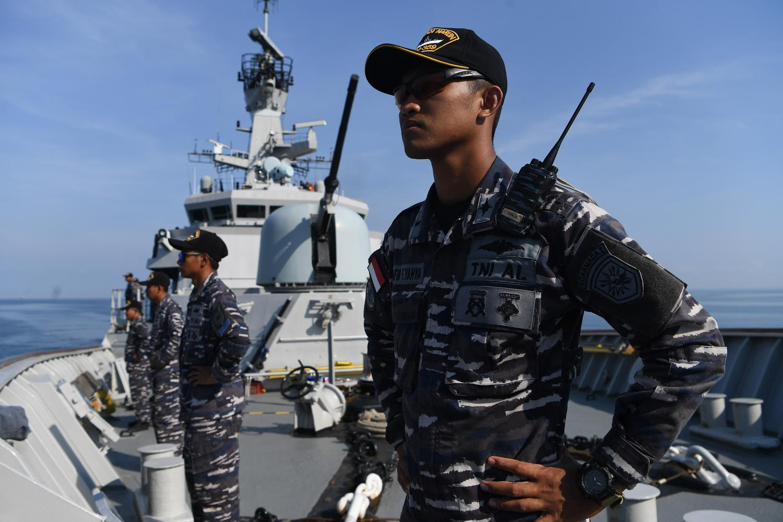 Perwira Divisi Peperangan Bawah Air KRI Usman Harun-359 Letda Laut (P) Zhafir Farid Yahya (kanan) bersama prajurit KRI Usman Harun-359 melakukan parade lambung kanan di haluan KRI Usman Harun-359 ketika memasuki Pelabuhan Dili, di Dili, Timor Leste, Rabu (11/12/2019).