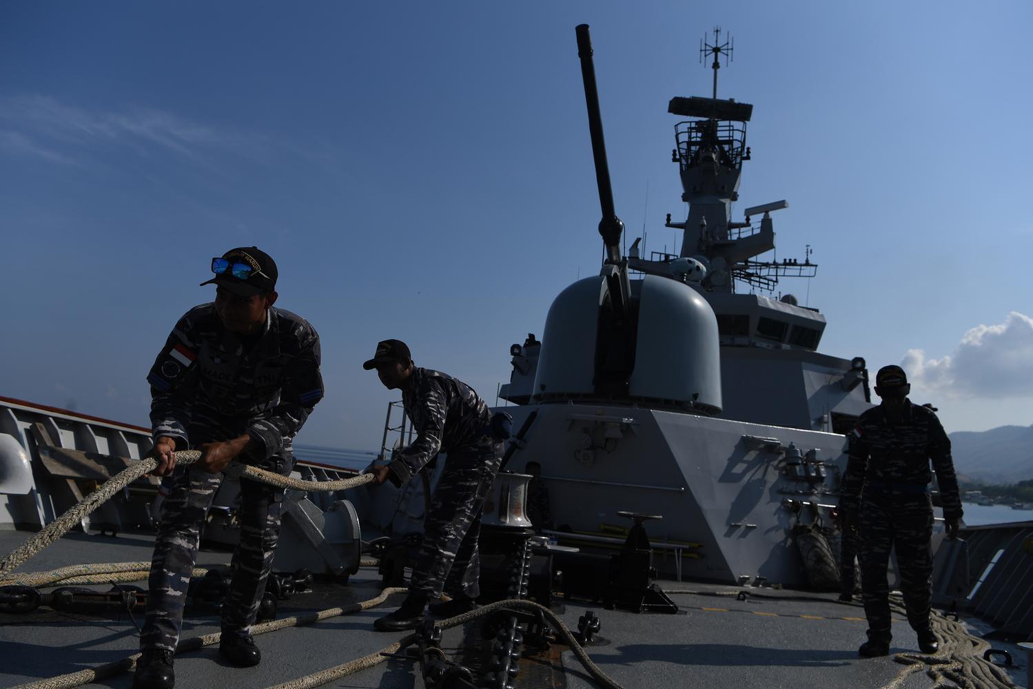 Sejumlah prajurit KRI Usman Harun-359 menarik tali kapal ketika proses sandar di Pelabuhan Dili, Timor Leste, Rabu (11/12/2019). Selama empat hari di Dili akan ada pameran alutista mini seperti pameran senjata dari PT. Pindad serta dari PT. PAL serta akan ada open ship bagi para pejabat dari Timor Leste.