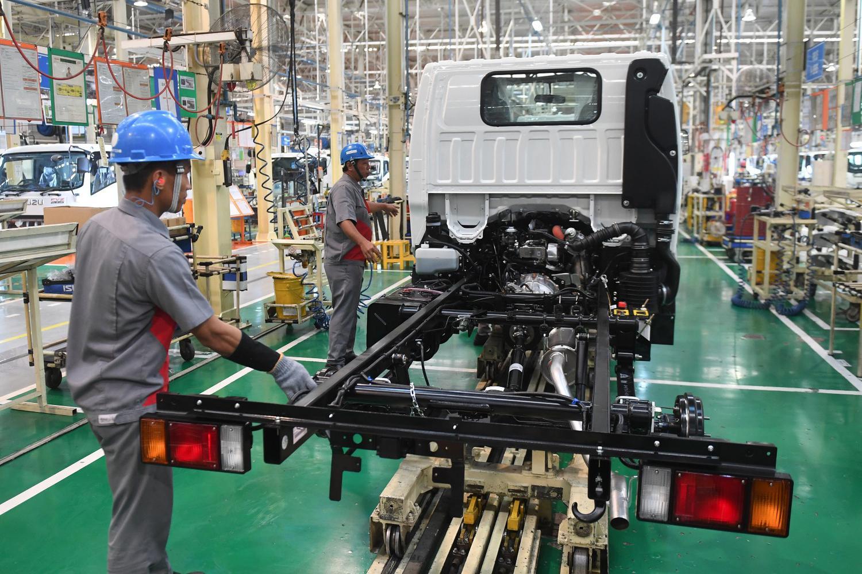 Sejumlah pekerja melakukan proses perakitan Isuzu Traga sebelum diekspor di Karawang Timur, Jawa Barat, Kamis (12/12/2019). Isuzu Traga akan diekspor perdana ke Filipina sebanyak 6.000 unit hingga akhir tahun 2020.
