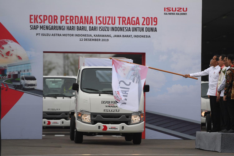 Presiden Joko Widodo (keempat kanan) melepas ekspor perdana Isuzu Traga di Karawang Timur, Jawa Barat, Kamis (12/12/2019). Isuzu Traga akan diekspor perdana ke Filipina sebanyak 6.000 unit hingga akhir tahun 2020.