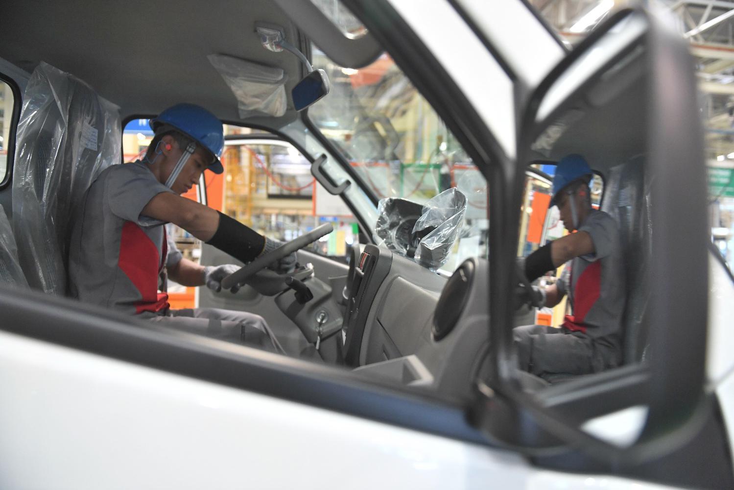 Pekerja melakukan proses perakitan Isuzu Traga sebelum diekspor di Karawang Timur, Jawa Barat, Kamis (12/12/2019). Isuzu Traga akan diekspor perdana ke Filipina sebanyak 6.000 unit hingga akhir tahun 2020.