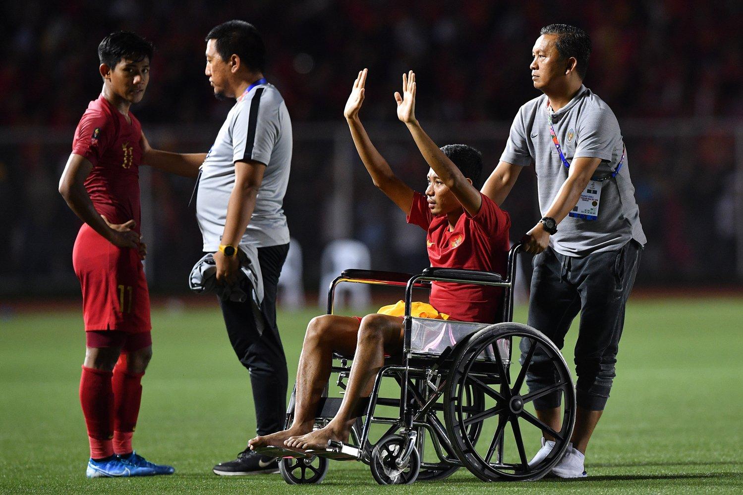 Pemain Timnas U-22 Indonesia Evan Dimas (kedua kanan) yang cedera menyapa suporter seusai Timnas Indonesia kalah dari Timnas Vietnam dalam final sepak bola putra SEA Games 2019 di Stadion Rizal Memorial, Manila, Filipina, Selasa (10/12/2019). Timnas U-22 Indonesia meraih medali perak setelah kalah 0-3 dari Vietnam.