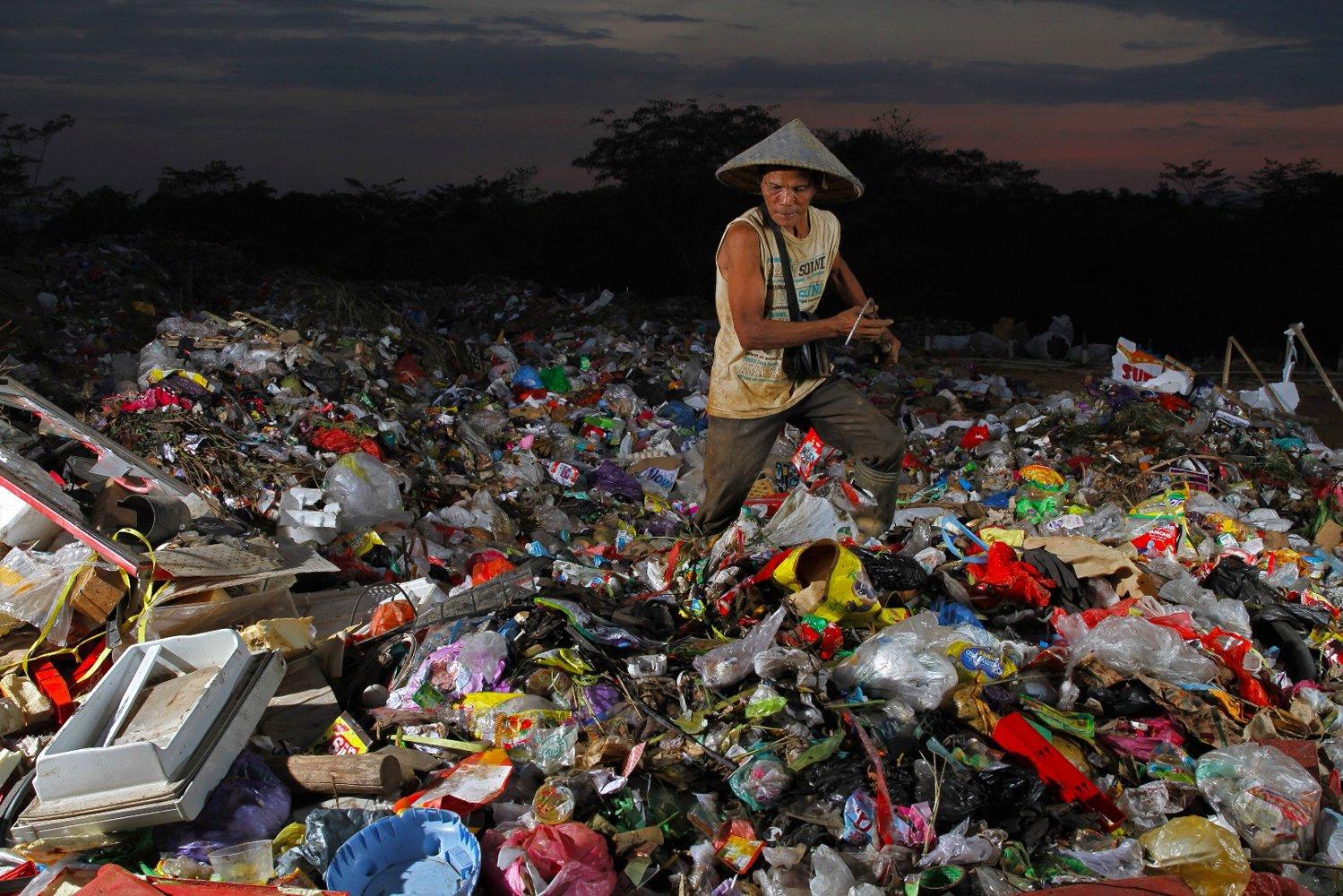 Seorang pemulung mencari sampah plastik di Tempat Pembuangan Akhir Sampah di Kecamatan Puuwatu, Kendari, Sulawesi Tenggara, Rabu (11/12/2019). Warga di sekitar lokasi tersebut yang menjadi pemulung bisa mendapatkan uang dari menjual sampah botol plastik berkisar Rp70 ribu sampai Rp85 ribu per harinya.