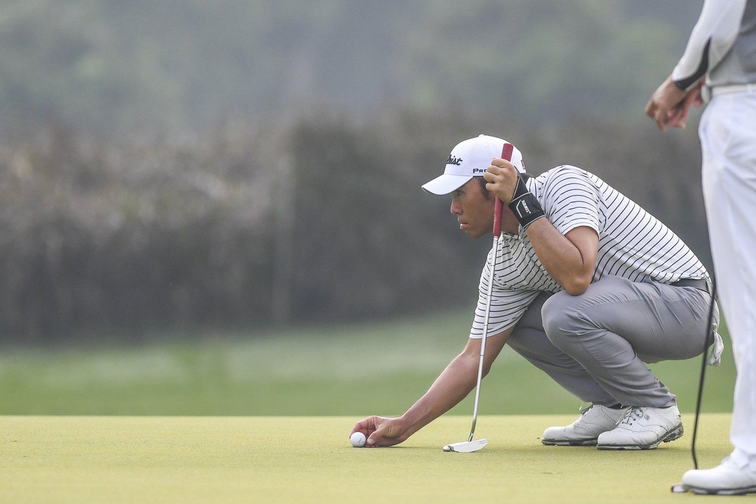 Pegolf Indonesia Rory Hie mengamati posisi bola pada turnamen BNI Indonesian Masters 2019 di Royale Jakarta Golf Club, Jakarta, Kamis (12/12/2019). Rory Hie yang pernah menjuarai Asian Tour di ajang Classic Golf and Country Club International Championship 2019 di India ini menjadi pegolf unggulan Indonesia di turnamen tersebut.