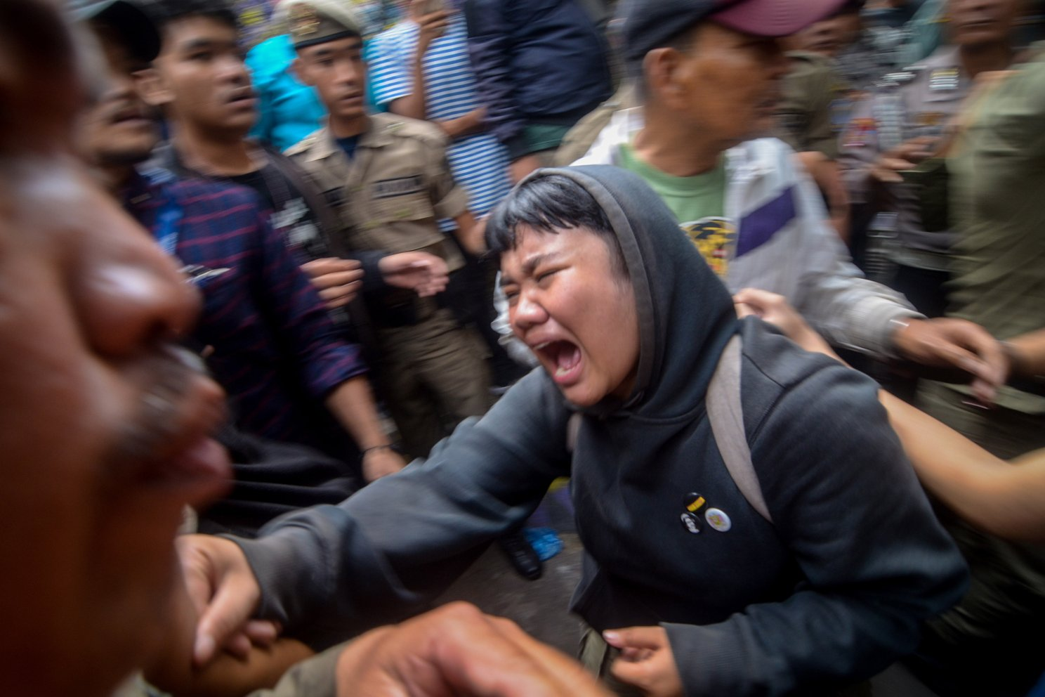 Seorang warga menangis histeris saat penggusuran permukiman Tamansari di Bandung, Jawa Barat, Kamis (12/12/2019). Upaya penggusuran tersebut berakhir ricuh setelah Satpol PP memaksa warga dan aktivis mahasiswa untuk mengosongkan tempat tinggalnya di lahan sengketa di mana proses sidang sengketa lahan masih berlangsung di PTUN Bandung.