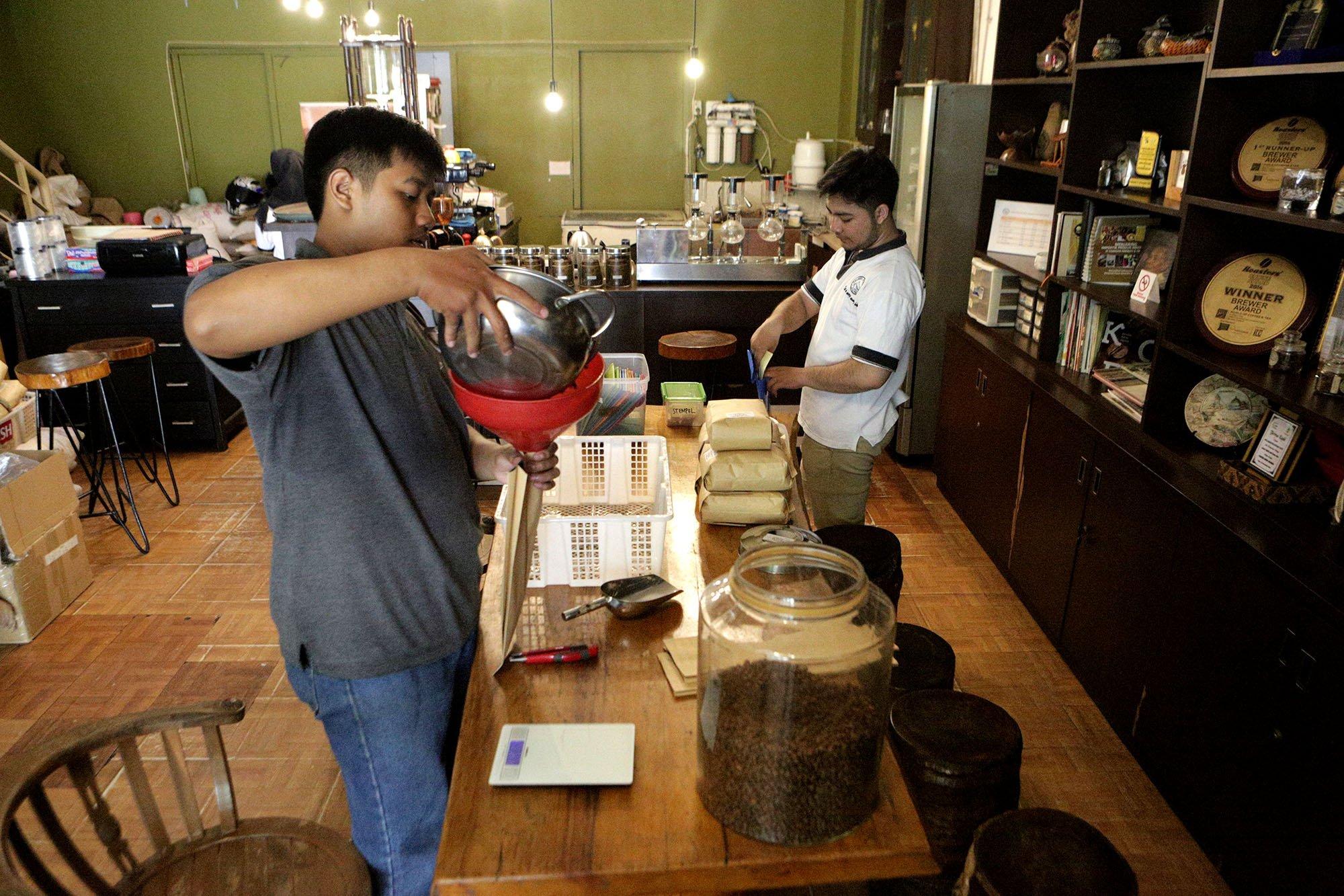 Suasana pembungkusan kopi di warung kopi Malabar Mountain Coffee, Bogor, (13/11/2019). \r\n\r\n