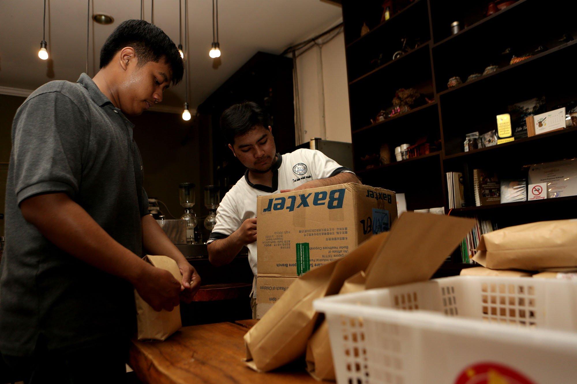 Malabar Mountain Coffee menerima pesanan kopi sejak awal tahun dan terkadang tak mampu memenuhi permintaan yang melebihi produksi. Para pekerja membungkus kopi pesanan di warung kopi Malabar Mountain Coffee, Bogor, (13/11/2019).